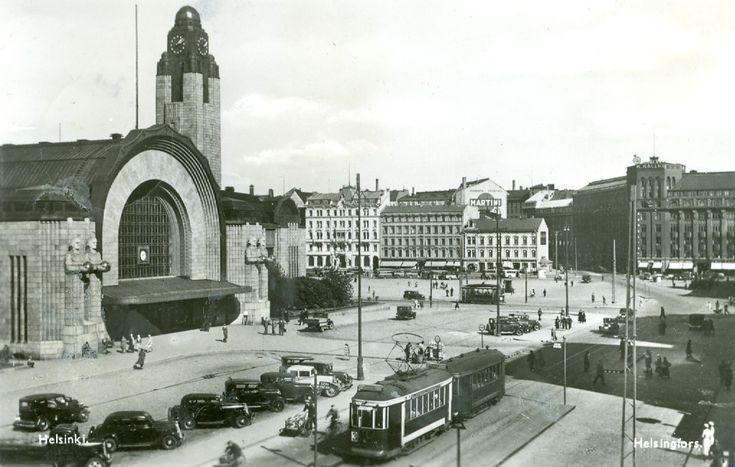 Kolmosen raitiojuna Helsingin aseman edessä Joulukuussa 1944 kulkeneessa postikortissa.