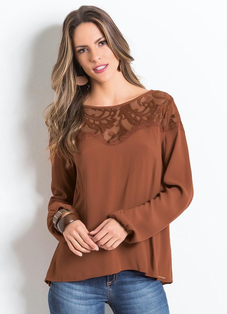 Blusa de renda marrom com manga comprida.