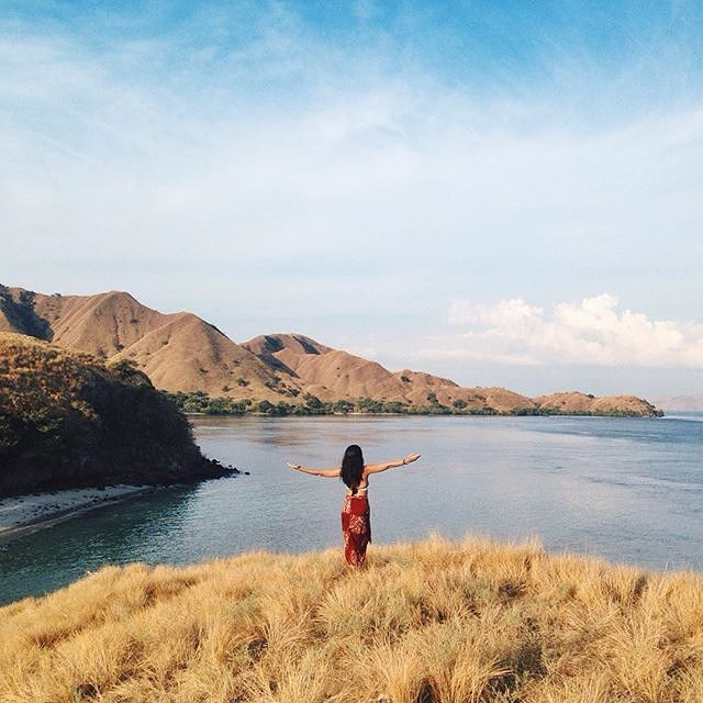 What a wonderful view from east part of Indonesia ??  Location : Pink Beach, Komodo Island, NTT Photo by @SistaLukito   #ExploreKomodo #nusatenggaratimur #pesonaalam #pesonaindonesia #wonderfulindonesia #tukangjalan #tukangjalantrip #tukang_jalan