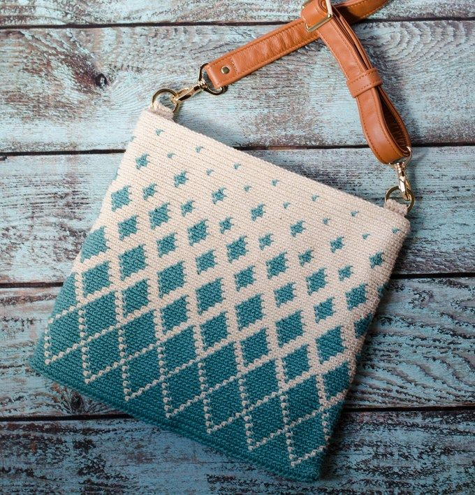 Titan Tapestry Crochet Bag. What a gorgeous tapestry crochet bag! #tapestrycrochetbag #crochetbag