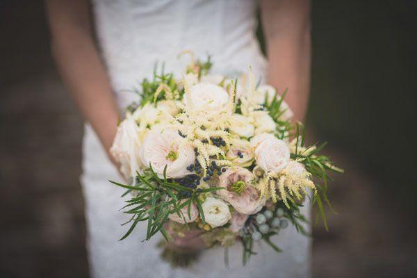 garden rose, astilbe and berry bouquet | bouquet con rose da giardino, astilbe e bacche