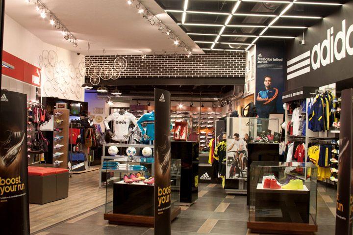 Es una tienda en Bogotá. Vende las ropas y los zapatos.