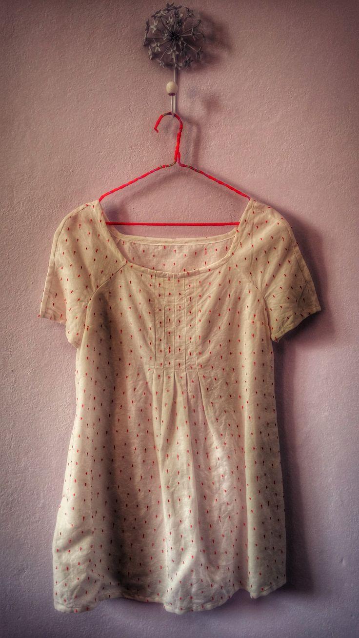 Made in macchiolina n.4 Mini abito in lino bianco e pois rossi. Non ho ancora capito se mi piace, devo restringere lo scollo: è enorme!  Modello: Burda 02/2014 modificato