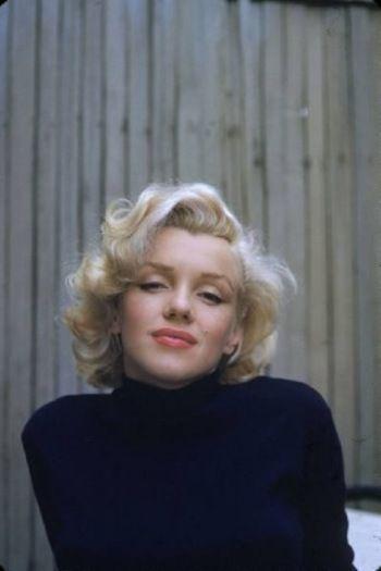 セクシーでかわらしいマリリン・モンロー。ネイビーのタートルネックは彼女のヘルシーな雰囲気に爽やかさをプラスしてくれます。