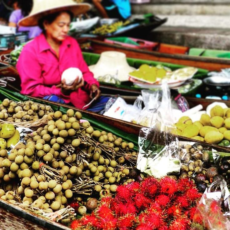 Due to the naturally fertile land and the constant supply of water from the canal, the vendors of Damnoen Saduak are able to grow their own produce in the area and bring them to sell at the floating market. So buy yourself some fresh fruits to snack on while you enjoy the ride through the canal! ⠀ #KeepCalmAndJasTravel