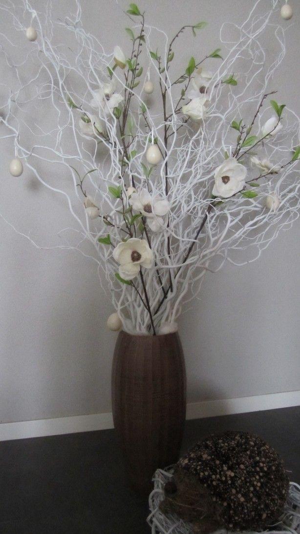 Vaas met witte paastakken ( Webshop decoratietakken) eitjes en witte zijde magnolia bloemen.