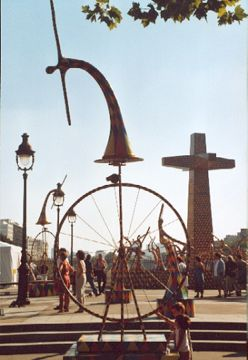 Cyclists. Monumental kinetic sculptures in Paris by Vassiliki.