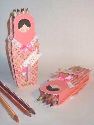 Prosegueil tema matrioska  con un astuccio porta matite colorate, dopo quello a casetta , quello a scatolina  e quello di riciclo . Vi gar...
