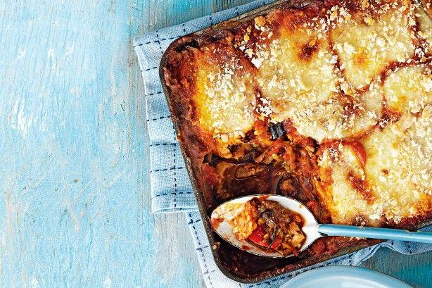 Ψητές+μελιτζάνες,+κολοκυθάκια+και+πιπεριές+με+σάλτσα+ντομάτας+στο+φούρνο