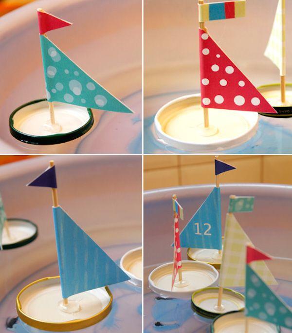 Juguetes para niños caseros hechos con materiales reciclados. Barcos, casitas de muñecas, cohetes espaciales, aviones y coches de cartón.