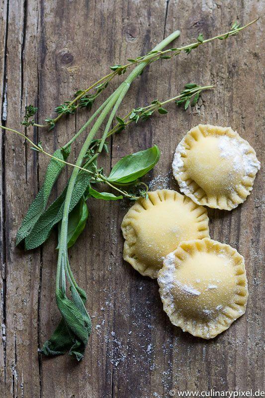 Feine Ravioli mit einer köstlichen Basilikum-Ricotta-Füllung. Ein wundervolles Abendessen. Ausgewählte Zutaten für Deine Lieblingsgerichte findest Du online in unserem Shop: https://gegessenwirdimmer.de/