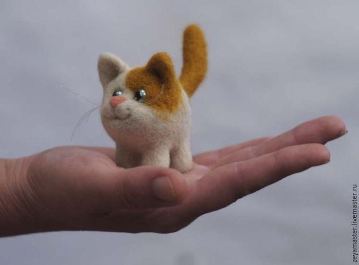 Для тех, кто уже имеет опыт по созданию хотя бы нескольких игрушек в технике сухого валяния, не составит труда изготовить подобных котят, просто глянув на фотографию. Этот мастер-класс рассчитан на начинающих, поэтому я постаралась как можно подробнее обратить внимание на мелочи и нюансы. Почему в названии не один «маленький котик», а «неугомонные коты»? Поверьте, сделав одного, обязательно зах…