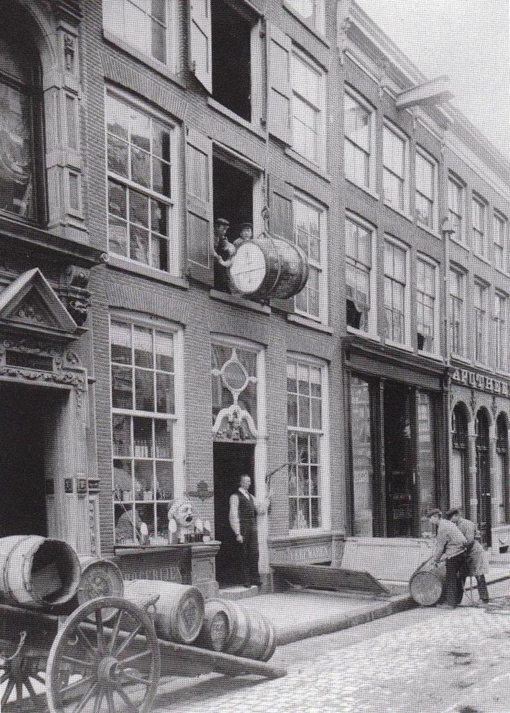 """De Oude Gaper, Diezerstraat 14 te Zwolle, in volle bedrijvigheid in 1903. Duidelijk zijn de in de gevel ingehouwen woorden """"Drogerijen"""" en """"Verfwaren"""" te zien. Afbeelding: collectie J. ten Doesschate."""