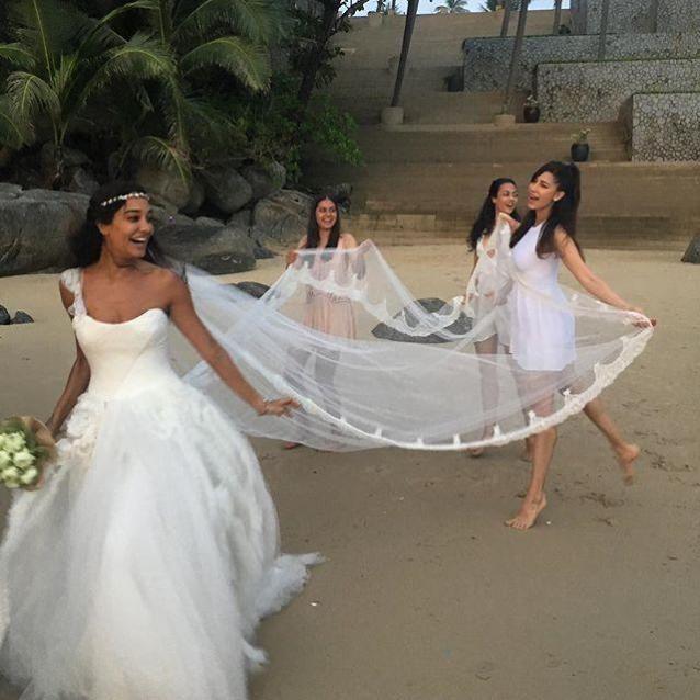 Lisa Haydon Ties The Knot In a Spur of The Moment Wedding By The Beach , http://bostondesiconnection.com/lisa-haydon-ties-knot-spur-moment-wedding-beach/,  #LisaHaydonTiesTheKnotInaSpurofTheMomentWeddingByTheBeach