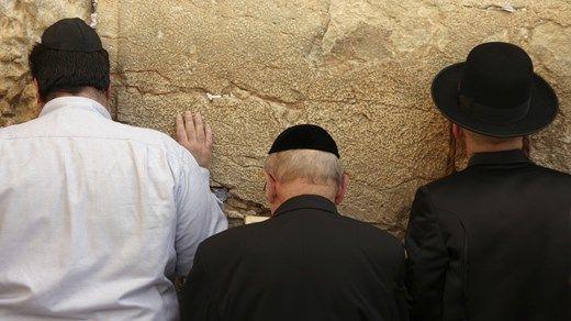 Jews by The Western Wall/ Wailing Wall - Klagemuren i Jerusalem, Israel - KILROY http://travels.kilroy.no/destinasjoner/midtosten/israel