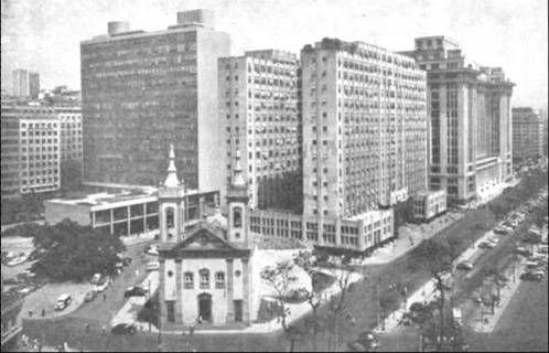 Igreja de Santa Luzía – 1960. Ficava à beira-mar, na desaparecida praia de Santa Luzía, antes dos aterros da demolição do Morro do Castelo. O prédio alto à esquerda era o Ministério da Educação até 1960, projeto de Le Corbusier.