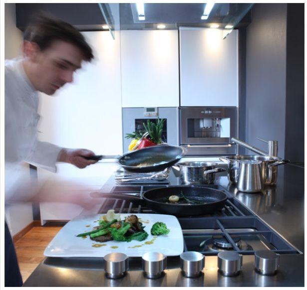Stefano Grandi, giovane e creativo chef milanese propone una cucina fatta di materie prime genuine e ingredienti intatti; seguirà lo scorrere delle stagioni, l'offerta dei contadini, dei pescatori e dei mercati. Vi racconteremo la storia dei nostri piatti e dei nostri vini perché il gusto non sia solo del palato.