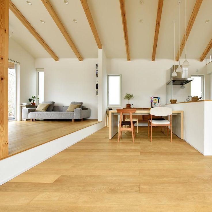 勾配天井の広々としたリビングダイニング。 梁を見せ一定のリズムを空間に作りながら木の風合いで落ち着きのある空間に。無垢材のグレードを上げることで節の少ない柾目のきれいな床材なので同じオークでもモダンな高級感のある仕上がりになっています。統一感のあるスッキリとしたインテリアが魅力的です。 #注文住宅 #新築 #住宅 #家 #マイホーム #インテリア #リビング #ダイニング #無垢材 #オーク #シンプル #モダン #梁みせ #勾配天井 #兵庫