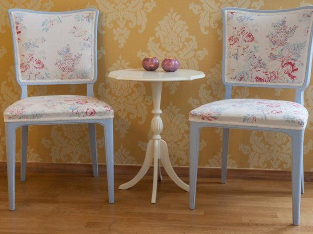 Bild 1-2 - Två härliga stolar i ljus blått med ett blommigt retrotyg. Sitthöjd 45 cm. Pris: 150 kr styck  Bild 3-4 - Underbar kökssoffa i blågrå färg med t...