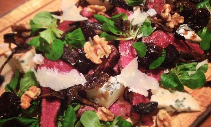 Fint strimlad ryggbiff, parmesan, blåmögelost, valnötter och fikon – italiensk köttbräda när den är som bäst.
