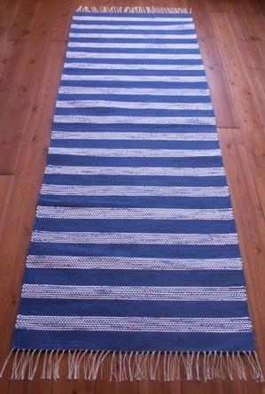 Sini-valkoraitainen matto - kudottu puuvillatrikookuteista. Koko noin 83 cm x 240 cm. MYYTY. www.loruloimi.com