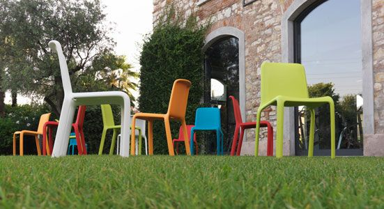 La sedia Snow di Pedrali, disegnata da Odo Fioravanti, è leggera ma allo stesso tempo solida. Ideale per ambienti esterni, è resistente ai raggi UV e disponibile in diversi colori.