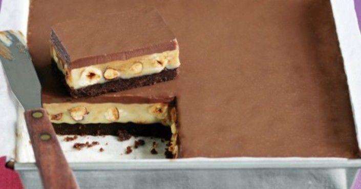 Hozzávalók:  25 dkg háztartási keksz (vaníliás, kakaós ízlés szerint) 13 dkg vaj 13 dkg pörkölt mogyoró  A tetejére:  25 dkg tejcsokoládé 1 teáskanálnyi vaj 0,2…