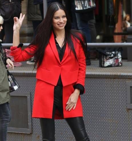 "Shop the Look: Adriana Lima ist die ""Lady in red"""
