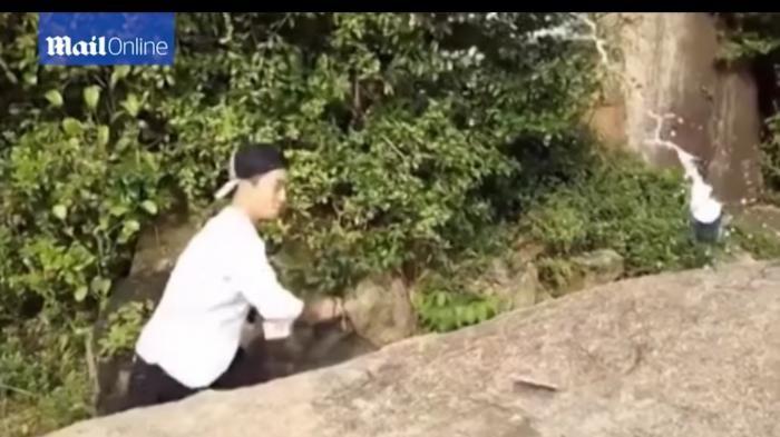 Wow, Ahli Kung Fu yang Satu ini bisa Membelah Kaleng dengan Selembar Kartu Remi!