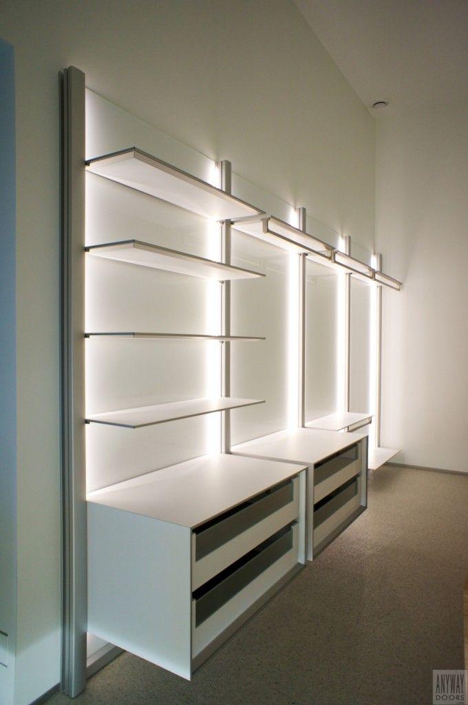Slaapkamer met inloopkast. Witte inloopkast met led verlichting en wit glas tegen de muur. Het glas biedt optimale lichtreflectie en is eenvoudig te onderhouden. http://www.dressaway.com