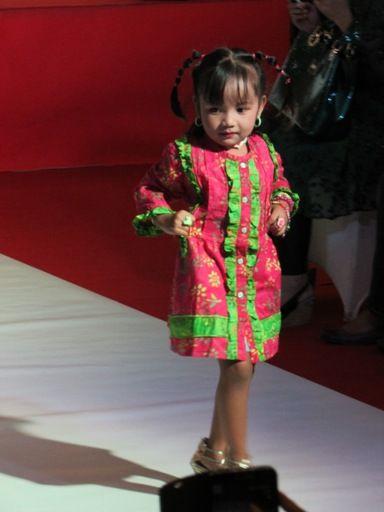 Contoh baju fashion show anak kecil yang modis lucu dan  keren