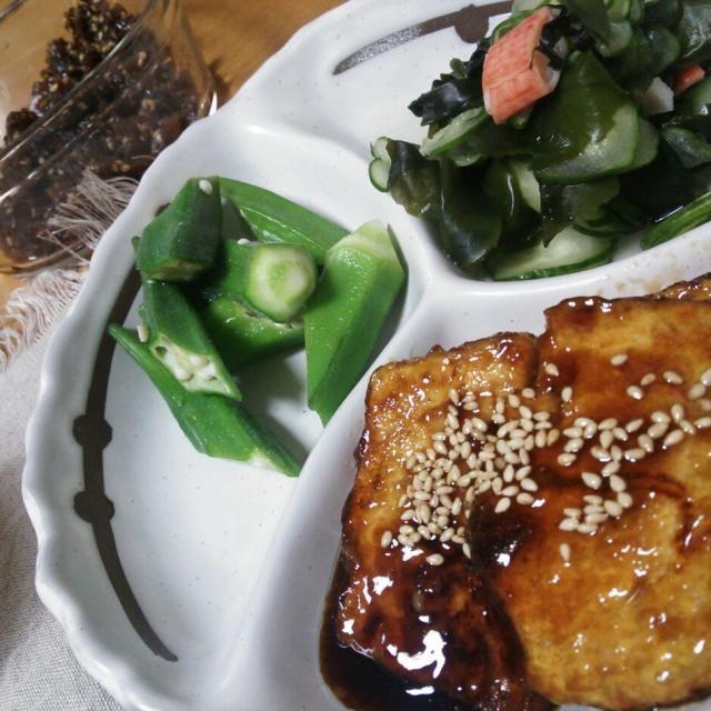 ☆豆腐ステーキ ☆わかめ・きゅうり・かにかまの酢の物 ☆茹でオクラ ☆茄子の味噌汁( 載ってない) ☆ごはん(載ってない)  奥に写ってるのはゴーヤの佃煮です! おにぎりの具にするとすっごく美味しいです♪なんとなく椎茸の佃煮っぽい歯ごたえ…? - 21件のもぐもぐ - お肉なしでまんぷくな豆腐ステーキ by Iwachaki