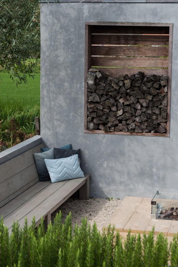 NuBuiten Project // Hoekbank in zitkuill uit #steigerhout in Reeuwijk #handmade // De bewoners hebben verschillende zithoeken gecreëerd met behulp van lagere en hoger gelegen gedeeltes. Er is zo altijd wel een plekje zon!