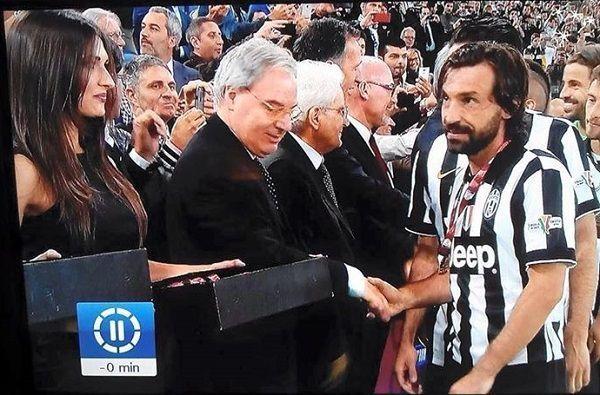 Reprezentant Włoch bardziej od medalu zainteresowany jest piękną kobietą • Andrea Pirlo podczas dekoracji • Wejdź i zobacz więcej >> #pirlo #football #soccer #sports #pilkanozna #funny