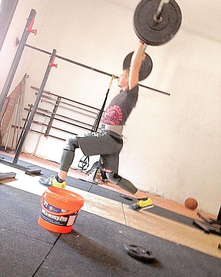 Súlyemelés Kapuváron Pörgős WODok Erőnléti edzések Csoportos és egyéni edzések (Képen súlyemelés  lökés technika)  #yerk #crossfit #training #weighlifting #power #crosstrainingkapuvar #reebok by crosstrainingkapuvar