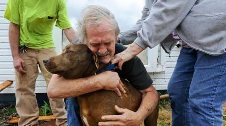 Ο Greg Cook βρίσκει την σκυλίτσα του Coco του μέσα στα ερείπια του σπιτιού του στην Αλαμπάμα και την πνίγει στις αγκαλιές. Το σπίτι του καταστράφηκε από ανεμοστρόβιλο το Μάρτιο του 2012