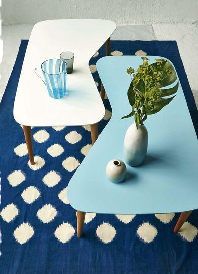 Ambiance vintage au salon avec des tables basses 50s - Du bleu et vert dans la déco - CôtéMaison.fr