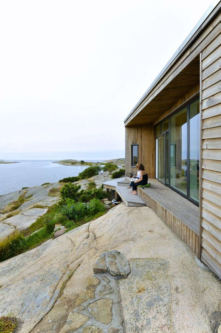 FØLGER NATUREN: Det er naturen som avgjorde hvordan hytta skulle se ut. Fasaden er bygget med flere innhukk og tilpasset terrenget for å skjermes mot vær og vind. Målet har også vært å utnytte tomtas utsiktsmuligheter.