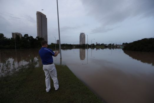 Memorial Drive and Spotts Park overflow with floodwaters Tuesday morning. Photo: Cody Duty/Houston Chronicle