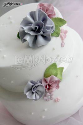 Una delicatissima torta nuziale con fiori lilla: clicca qui per vederne altre! >> http://www.lemienozze.it/gallerie/torte-nuziali-foto/img32707.html