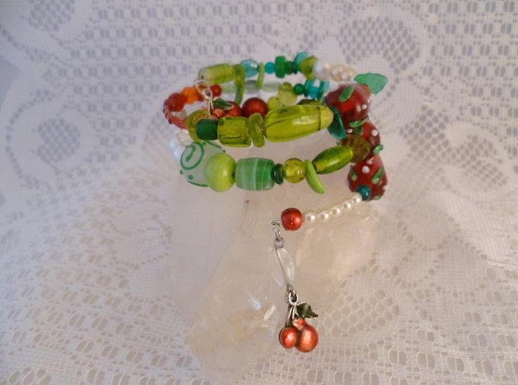 ☮ Spiralreif Erdbeere ☮  Zauberhaft romantisches Schmuckstück voller Magie und märchenhafter Anmut:   Lampworkperlen,weiße Wachsperlen, rote Rocailles