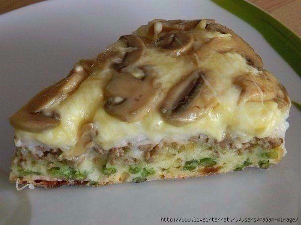 Закусочный пирог с рисом и фаршем на кефире. Помимо риса и фарша в составе данного пирога также грибы, сыр и стручковая фасоль.