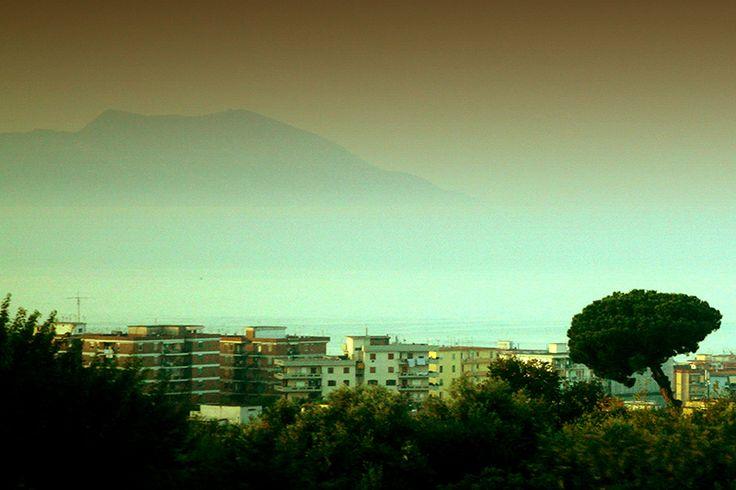 D.Signers | ¿Qué pasó en Pompeya? 48.Atardecer con vista del volcán desde el Puerto de Nápoles. Nápoles se encuentra a 9km y como casi todas las ciudades adyacentes al mar tirreno goza del clima mediterráneo. Es la segunda ciudad más soleada de Italia después de Salermo.