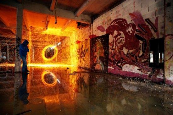 David Keochkerian utilise une caméra avec une vitesse d'obturation lente pour capturer les lumières mobiles qui viennent brûlent dans le cadre. Ce procédé permet d'obtenir des visuels très réussis.