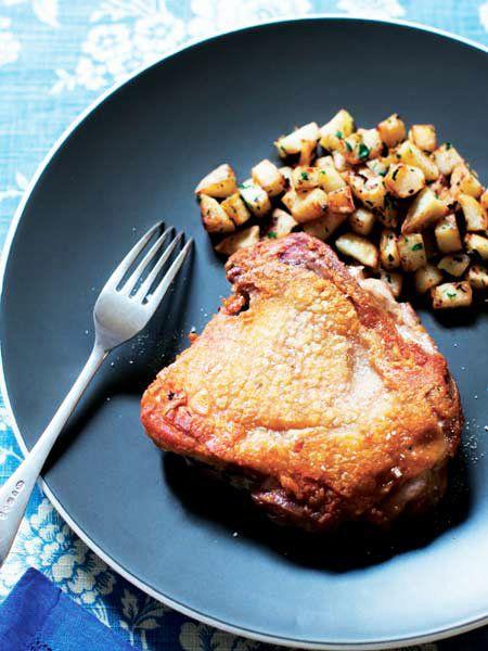 """皮はパリパリ、中はジューシーは、""""皮面をずっと弱火""""で実現! 『ELLE a table』はおしゃれで簡単なレシピが満載!"""