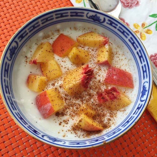 Şeker, glukoz şurubu, yüksek fruktozlu mısır şurubu gibi içeriklere sahip olan hazır meyveli yoğurtları almadan önce bir kez daha düşünün derim 🤔 Hazır meyveli yoğurtlar yerine evde istediğiniz meyvelerle çok daha sağlıklı ve az kalorili meyveli yoğurt yapmak 5 dakikanızı alacaktır 🙋🏻 Dilerseniz benim yaptığım gibi üstüne biraz da toz tarçın serperek karışımınıza hem lezzet katabilir hem de kan şekerinizi tarçın sayesinde dengeleyebilirsiniz 🙌🏼 #besinleringücüadına