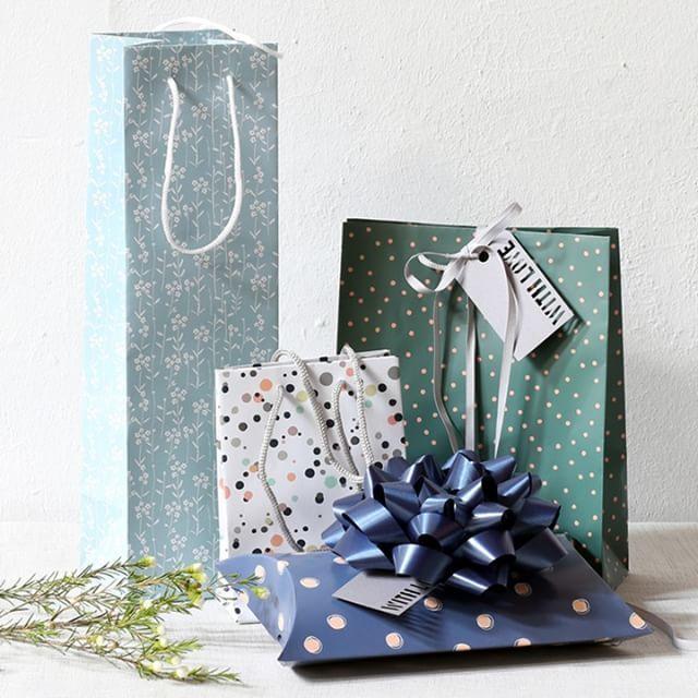 Aesthetic gift bags for lovely gifts. Several designs. Prices from DKK 3,90 / SEK 5,44 / NOK 5,44 / EUR 0,56 / ISK 113 / GBP 0.46  #giftbags #giftwrappingideas #gifts #presents #party #inspiration #sostrenegrene #søstrenegrene