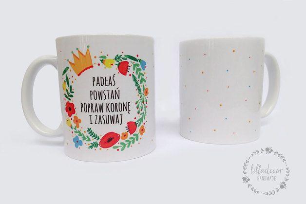 Ceramiczny kubek z motywującym, pozytywnym hasłem otoczonym wiankiem z kwiatów.  Nadruk nanoszony jest metodą sublimacji, która w jakimś stopniu odporna jest na mycie w zmywarkach, jednak po...