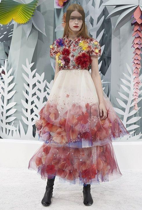 【ELLEgirl】色彩豊かで華やかなコレクション会場には、豪華セレブたちが来場|「シャネル」の2015年春夏オートクチュールコレクションが発表!|エル・ガール・オンライン