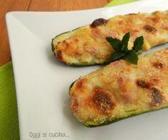 Le zucchine ripiene di patate, mozzarella e prosciutto sono un secondo piatto molto saporito, cotte in forno con una stuzzicante crosticina.